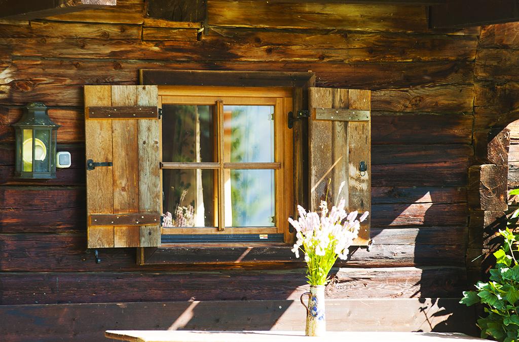 chalet hausberger mit sauna und badeteich alleinlage. Black Bedroom Furniture Sets. Home Design Ideas